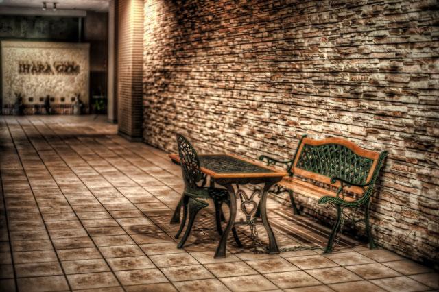 鎖で結ばれた椅子と机@代官山