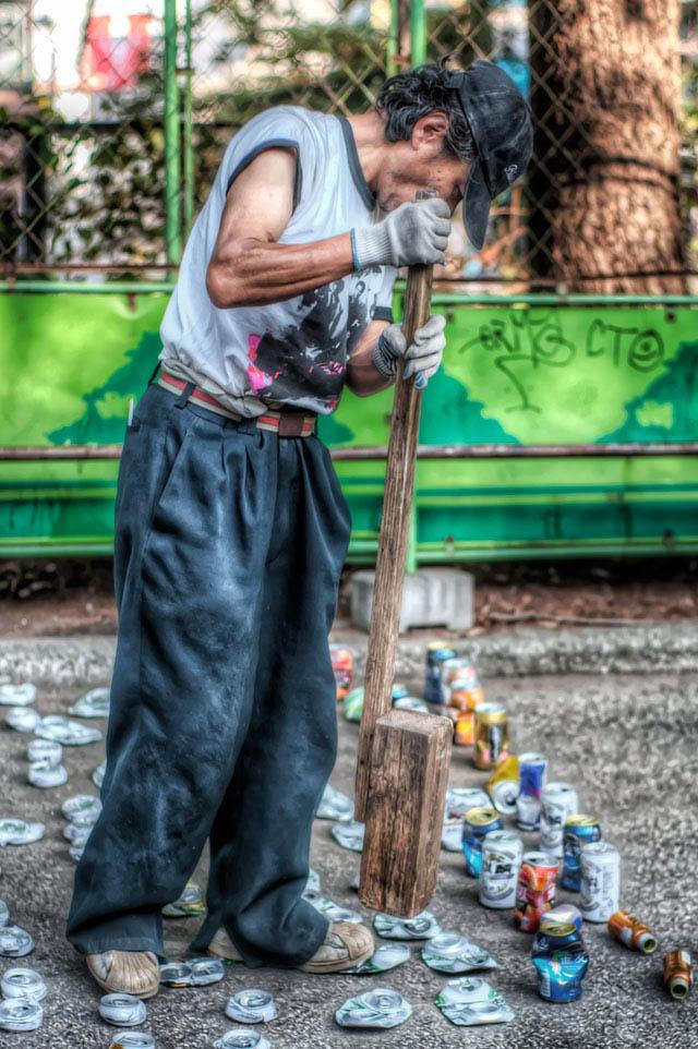 木槌と空き缶とおじさん@渋谷
