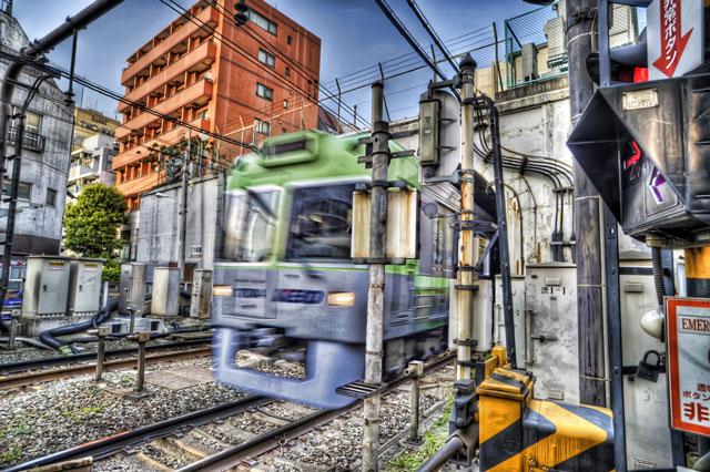 動く電車をHDR@神泉駅