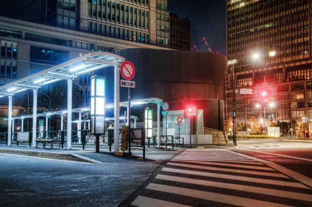 東京駅と横断歩道と寒暖